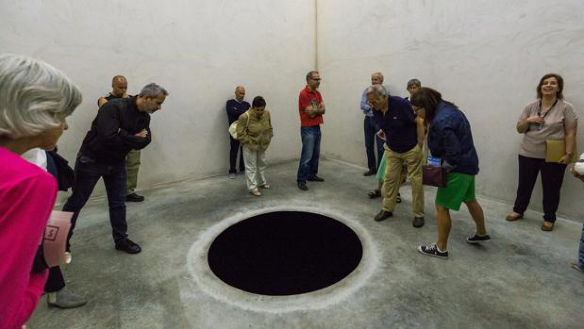 'Descenso al limbo', de Anish Kapoor.