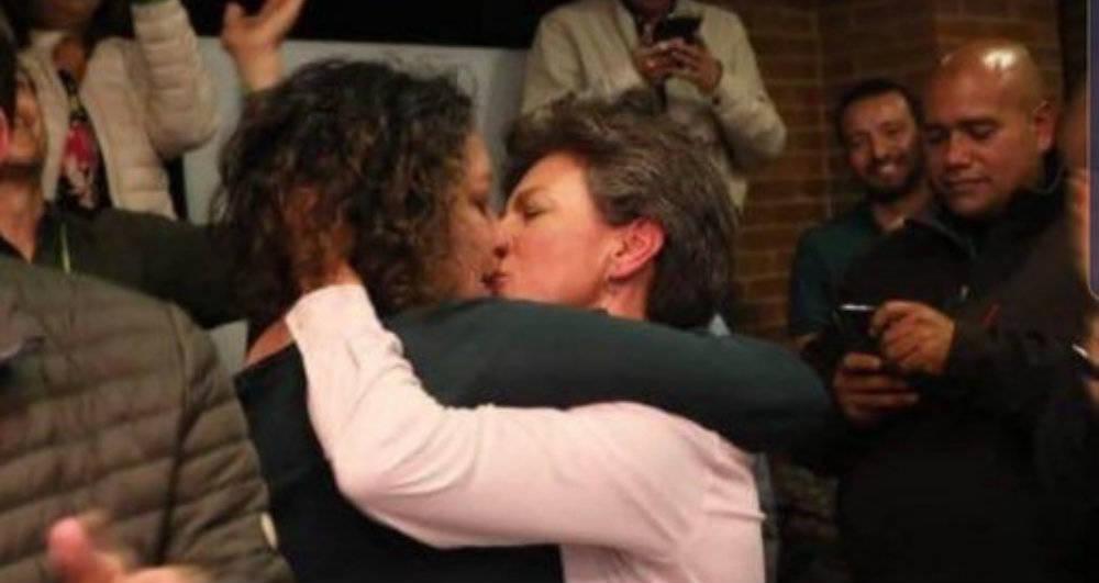 El beso de la victoria entre López y su pareja.