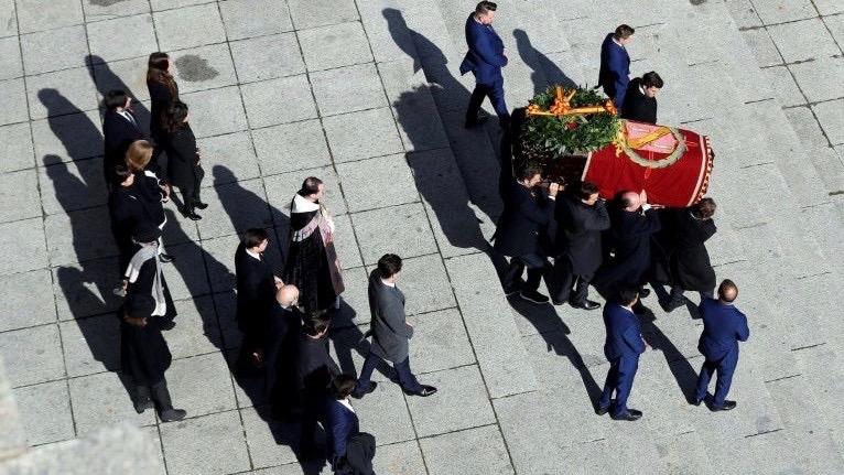 La familia de Franco porta el féretro del dictador español en el mausoleo del Valle de los Caídos, El Escorial, este jueves.