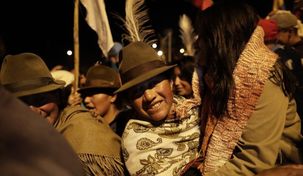 Indígenas celebran el acuerdo con el Gobierno y el fin de las protestas en Quito, el domingo.