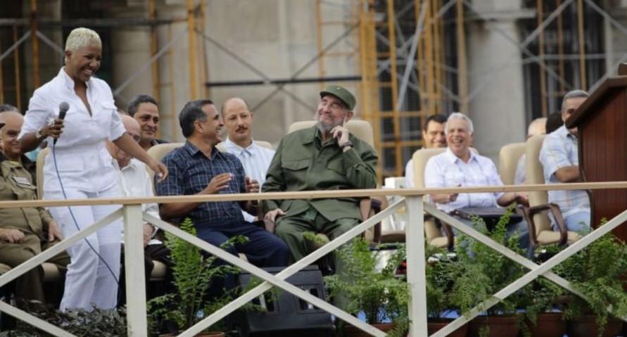 Haila Mompié canta para Fidel Castro.