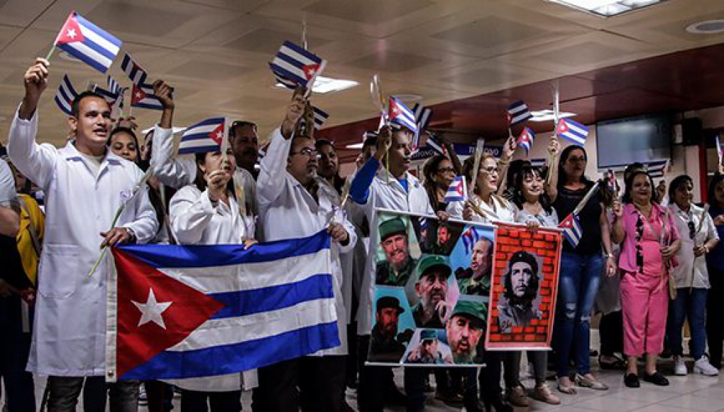 Médicos cubanos a su regreso de Bolivia.