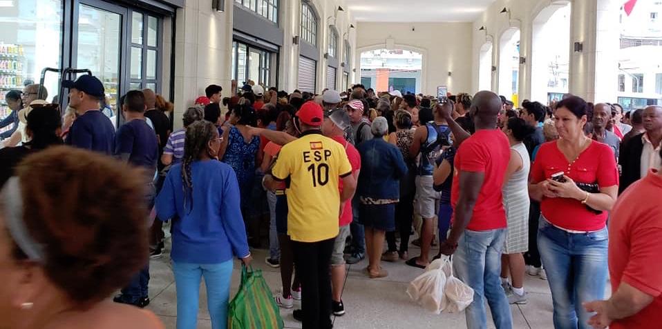Cubanos a la entrada del Mercado de Cuatro Caminos