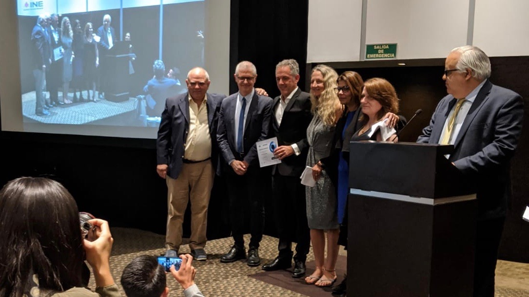 Bestowal of the Javier Valdez investigative journalism award, with Pablo Díaz Espí (3rd from left) and Mirta Fernández Laffitte (2nd from right) of the DDC.