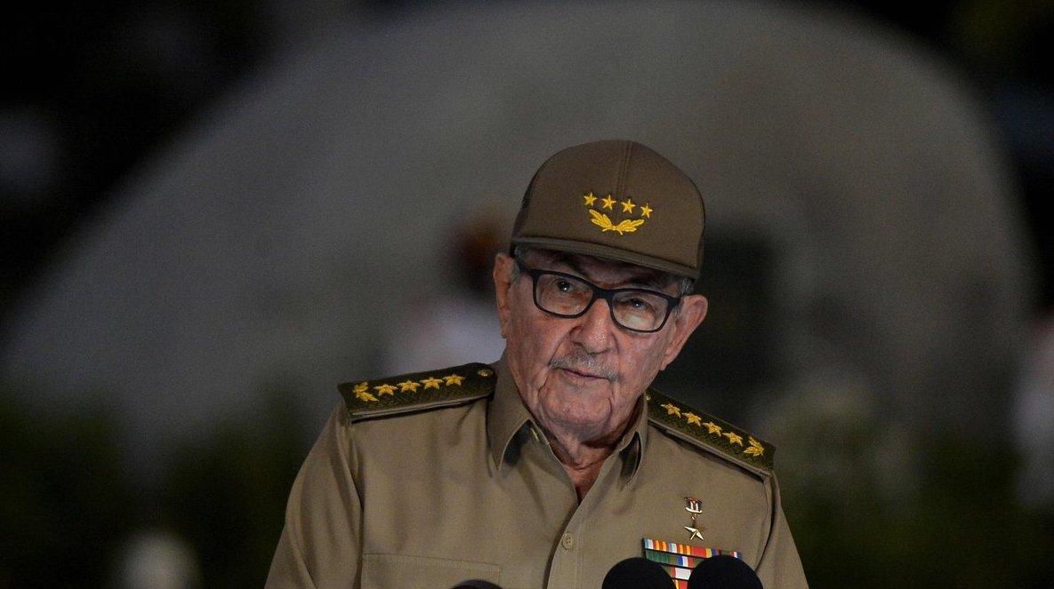 Raúl Castro y, al fondo, la sepultura de Fidel Castro.