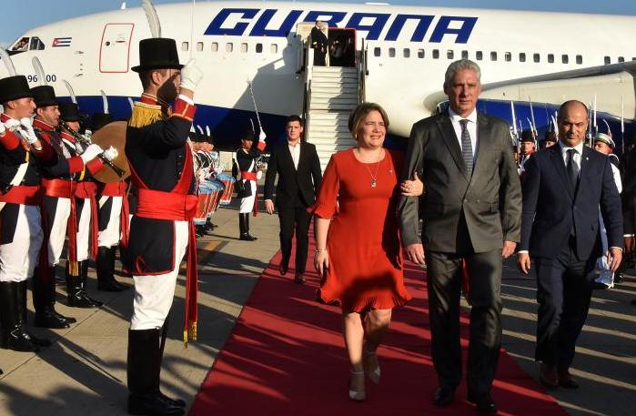 Miguel Díaz-Canel y su esposa, Lis Cuesta, en Argentina.