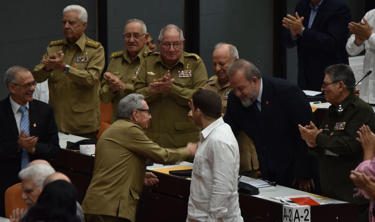 Manuel Marrero se inclina ante Raúl Castro tras su designación como primer ministro.