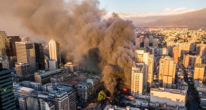 Incendio de un centro comercial en Santiago de Chile durante las protestas violentas, 28 de octubre de 2019.