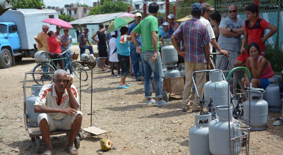 Cola para comprar en gas en Cuba.