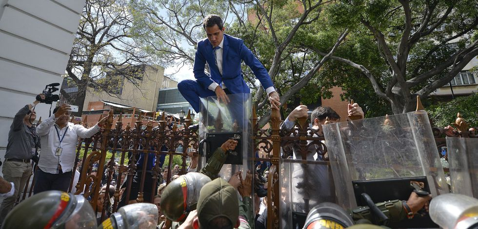 Juan Guaidó intenta entrar el domingo a la Asamblea Nacional de Venezuela.