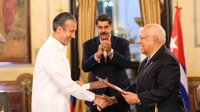 Tarek El Aissami, Maduro y Cabrisas en la firma de los acuerdos.