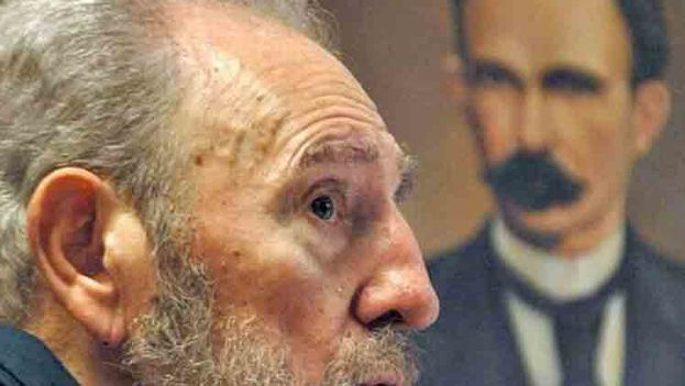 Fidel Castro y, de fondo, un retrato de José Martí.