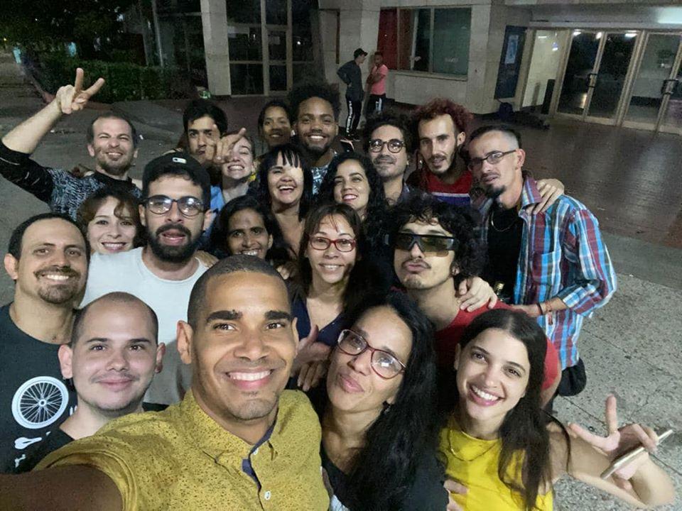 Luis Manuel Otero Alcántara celebra su liberación con sus amigos en La Habana.