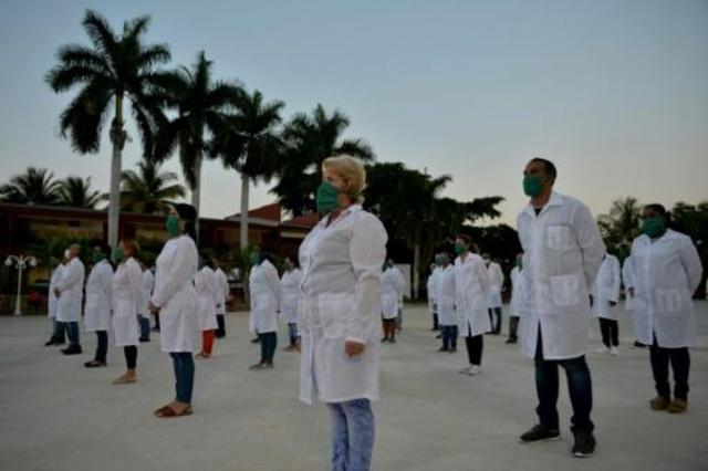 Recibimiento espontáneo en Aeropuerto de Barajas a médicos cubanos