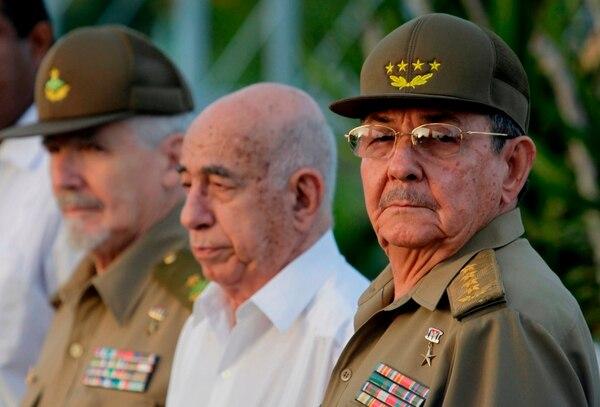 De der. a izq: Raúl Castro, José Ramón Machado Ventura y Ramiro Valdés. Holguín, 2009.