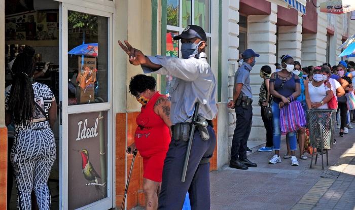 Polizeikontrolle bei einer Eimkaufsschlange in Kuba | Bildquelle: http://www.venceremos.cu/guantanamo-noticias/20836-otro-escalon-de-enfrentamiento © Venceremos | Bilder sind in der Regel urheberrechtlich geschützt