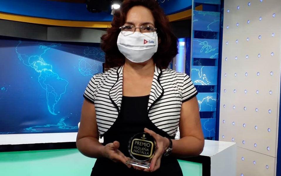 La periodista oficialista Irma Shelton con su premio.