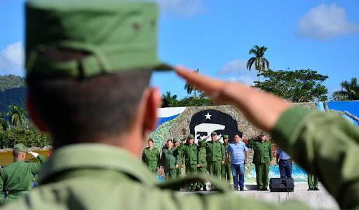 Ceremonia militar en Villa Clara.