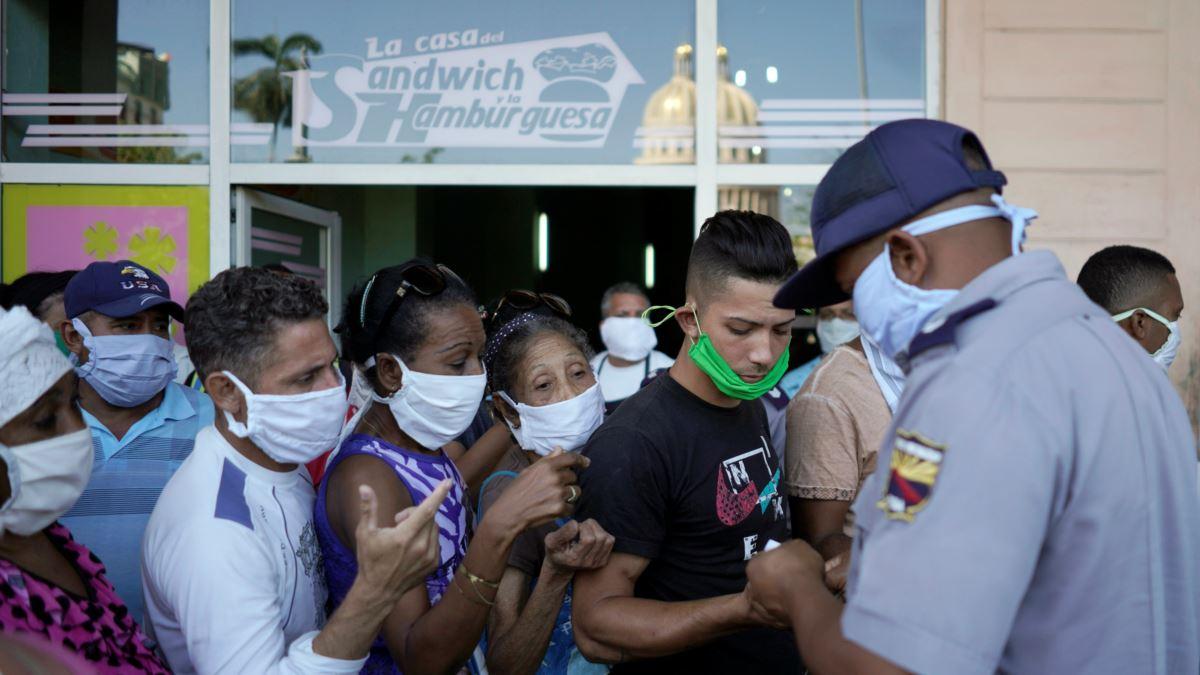 La policía controla en La Habana las colas en medio del desabastecimiento.