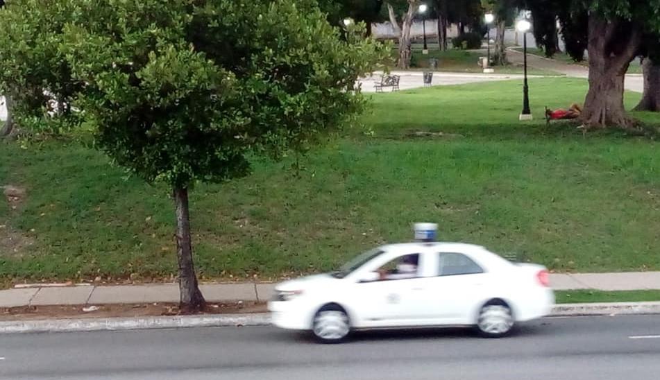Patrulla circulando por una calle de La Habana.