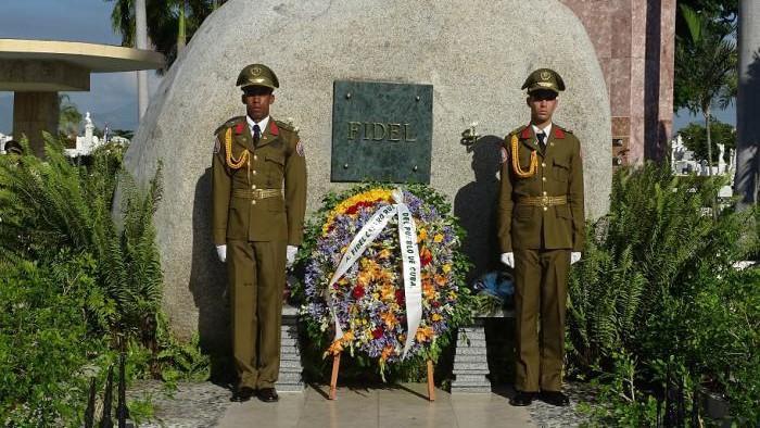 Guardia de honor ante la tumba de Fidel Castro.