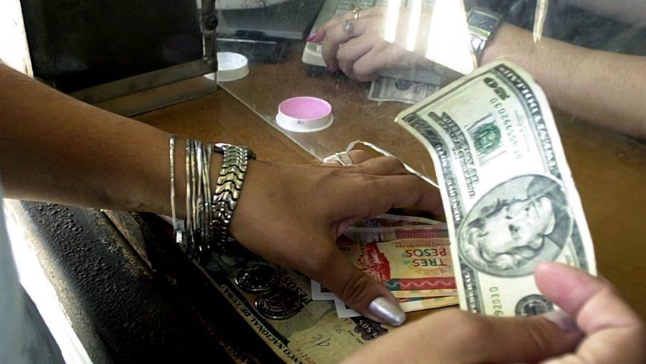 Una cubana cambia dólares por CUC en Cuba.