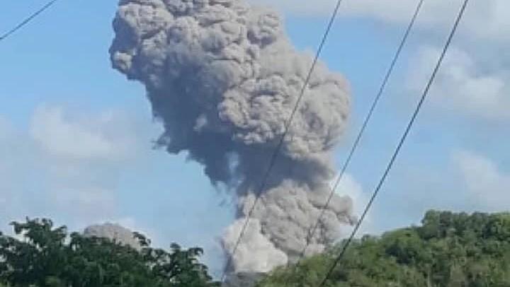 Columna de humo de la explosión.