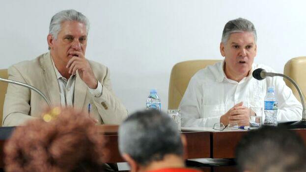 Miguel Díaz-Canel y su ministro de economía, Alejandro Gil.