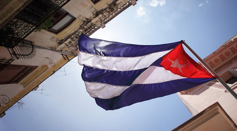 Una bandera cubana, fachadas.
