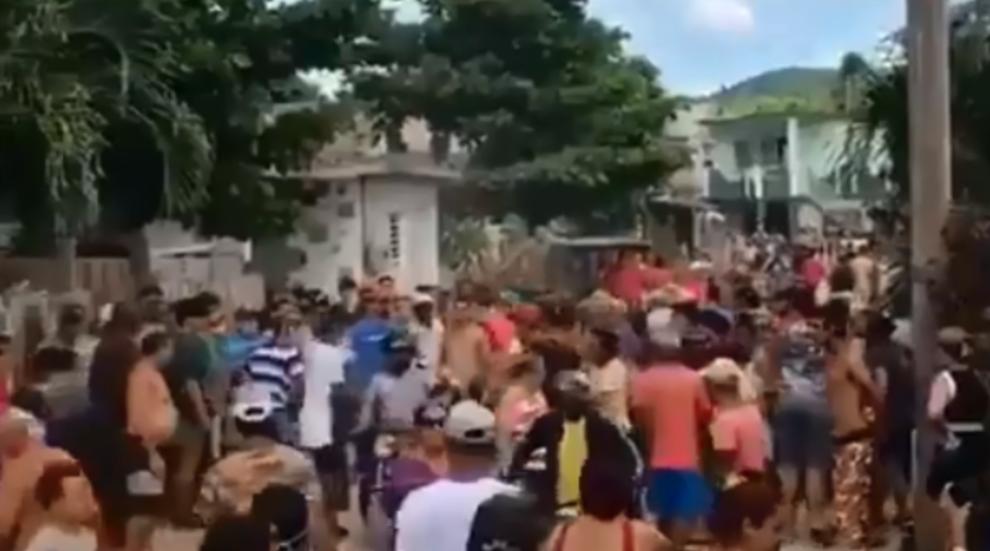 Vecinos de Alcides Pino en Holguín se enfrentan a la Policía.