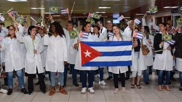 Médicos cubanos en La Habana, tras llegar de Brasil en 2018.