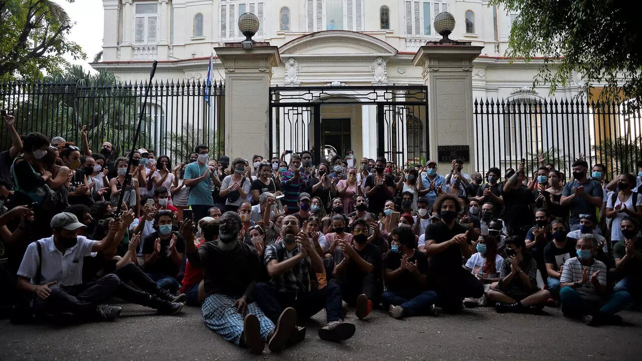 Un grupo de jóvenes intelectuales y artistas se manifiestan en la puerta del Ministerio de Cultura, La Habana, 27 de noviembre de 2020.