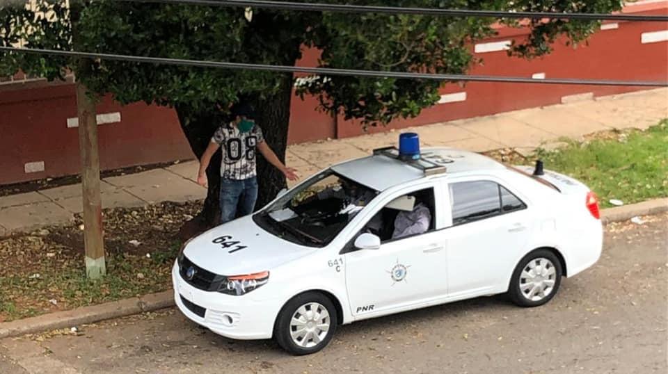 Una patrulla de la Policía vigila la residencia de Carlos Manuel Álvarez.