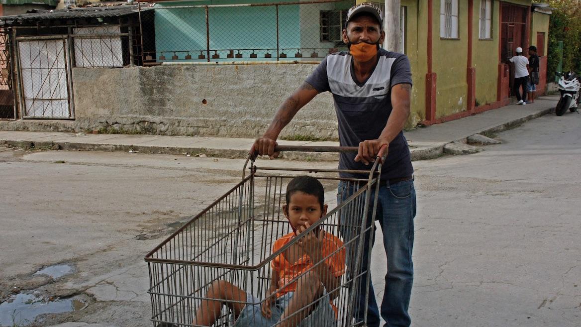 Padre e hijo en un barrio de La Habana.