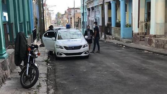 Patrulla policial en la entrada de la vivienda de la periodista María Matienzo.
