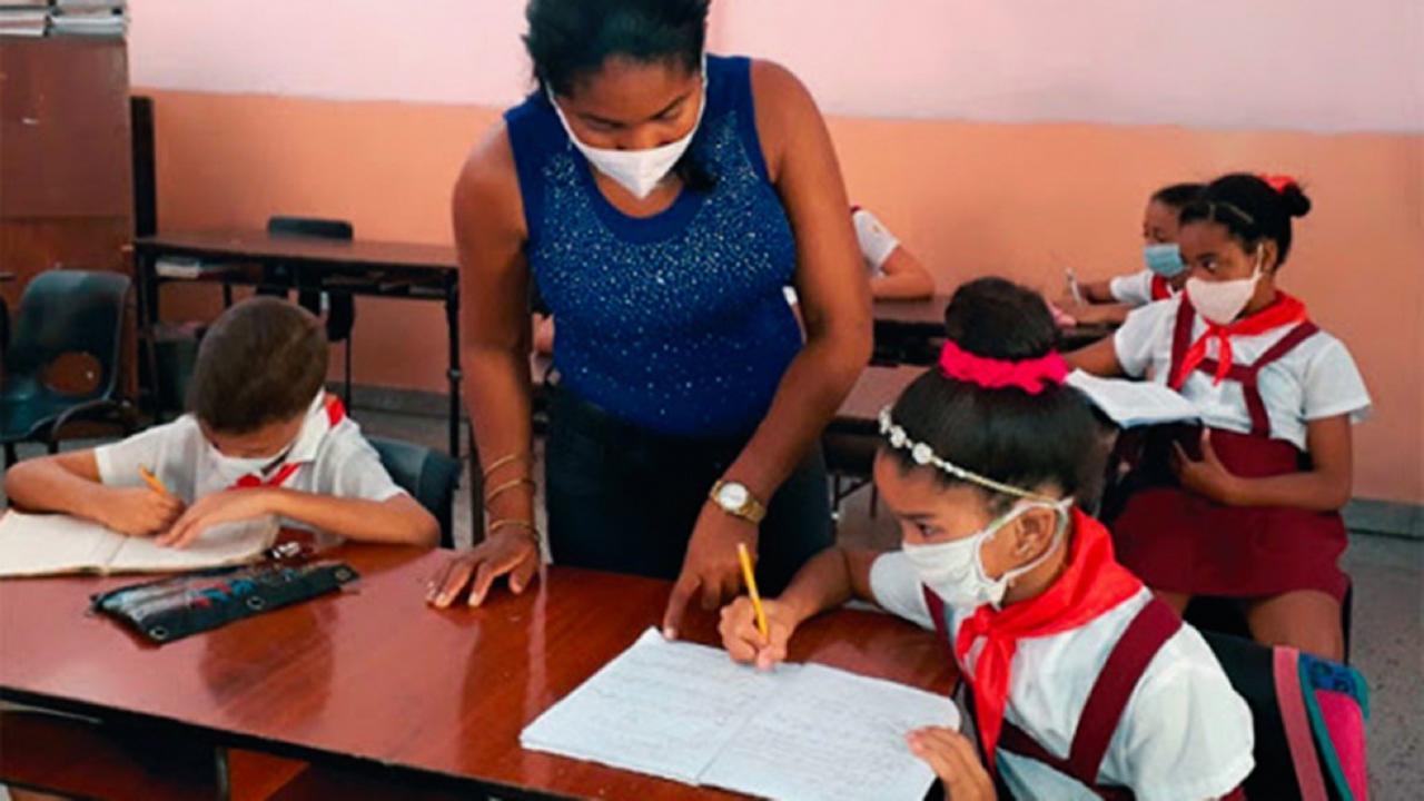 Estudiantes de primaria en una escuela en Cuba