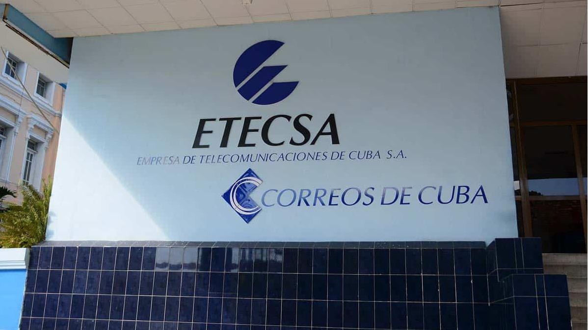 Una resolución del Banco Central de Cuba puede convertir a ETECSA en un canal para recibir remesas de EEUU