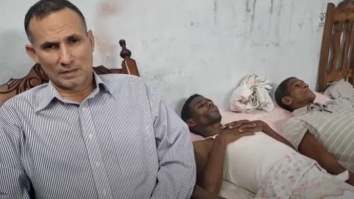 Ferrer junto a dos activistas en huelga de hambre desde la sede de la UNPACU.