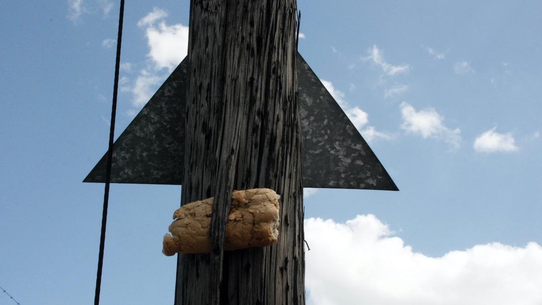 Un trozo de pan en un poste. La Habana, marzo de 2021.