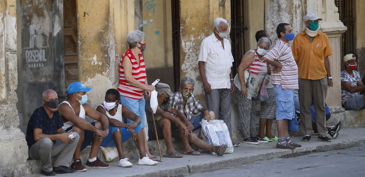 Una cola en La Habana para comprar alimentos cinco días depués de las protestas del 11J.