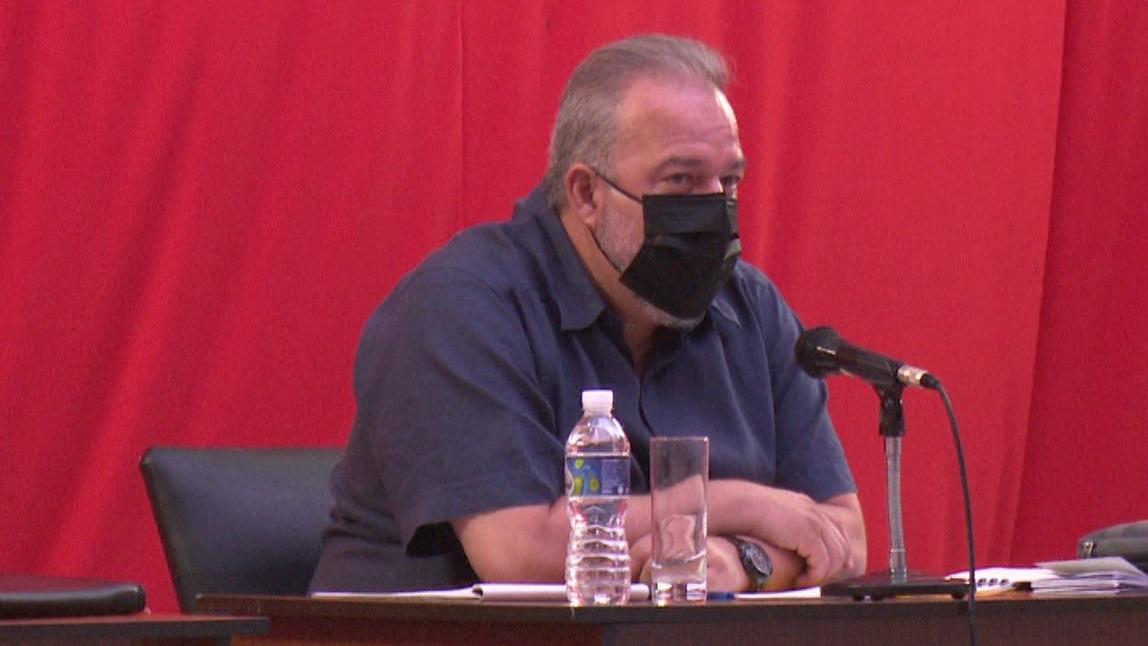Manuel Marrero, en una reunión con autoridades locales de Cienfuegos.