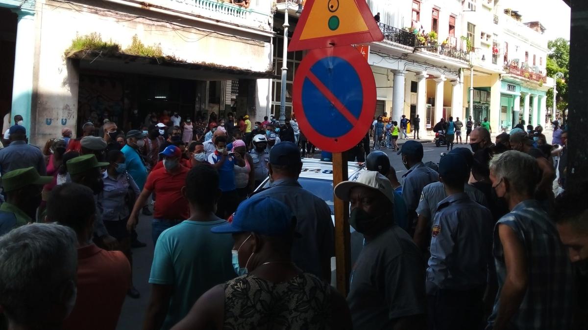 Cubanos en una calle de La Habana durante las protestas del 11J.