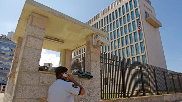 Un agente de seguridad cubano ante la Embajada de EEUU en La Habana.