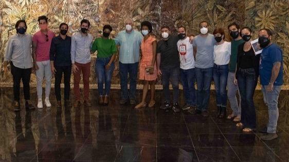 Miguel Díaz-Canel junto a los jóvenes artistas de la AHS.