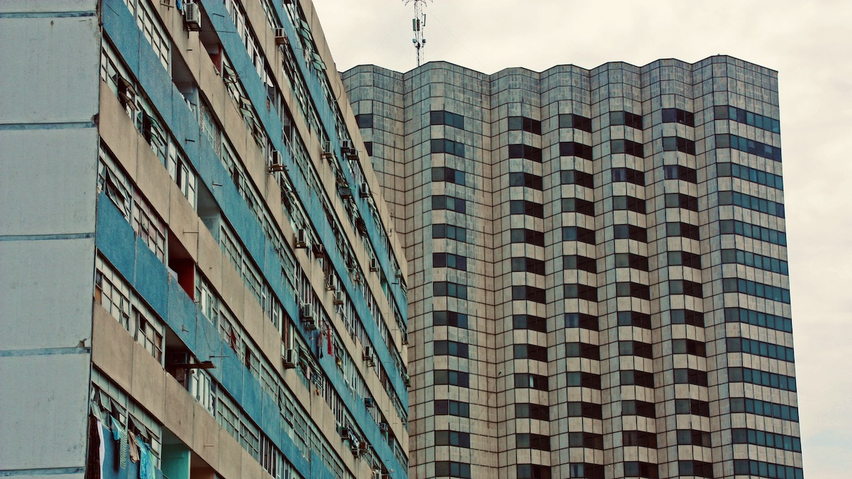 Hotel Cohíba junto a un edificio de apartamentos en La Habana.