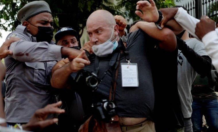 Represión contra Ramón Espinosa, fotógrafo de AP. La Habana, 11 de julio de 2021.