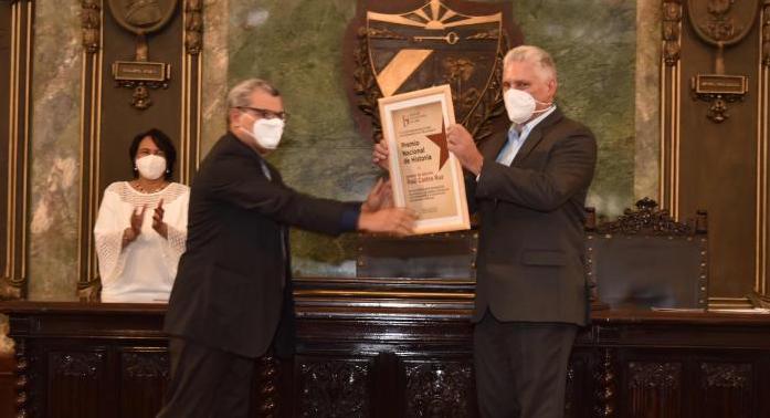 Díaz-Canel recoge el Premio Nacional de Historia otorgado a Raúl Castro.