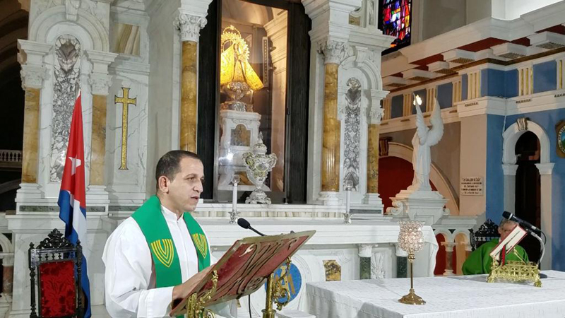 El sacerdote Osmany Masó durante su misa en El Cobre.