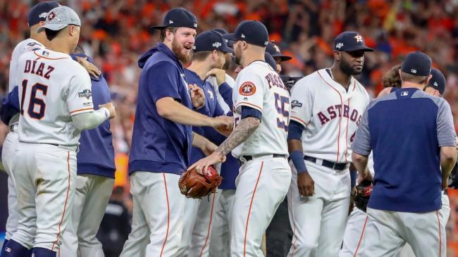 Los Astros celebran tras la victoria.