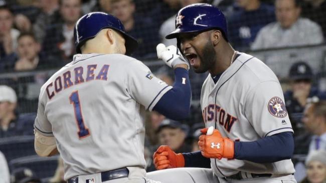 Carlos Correa y Yordan Álvarez celebran durante el triunfo de los Astros.